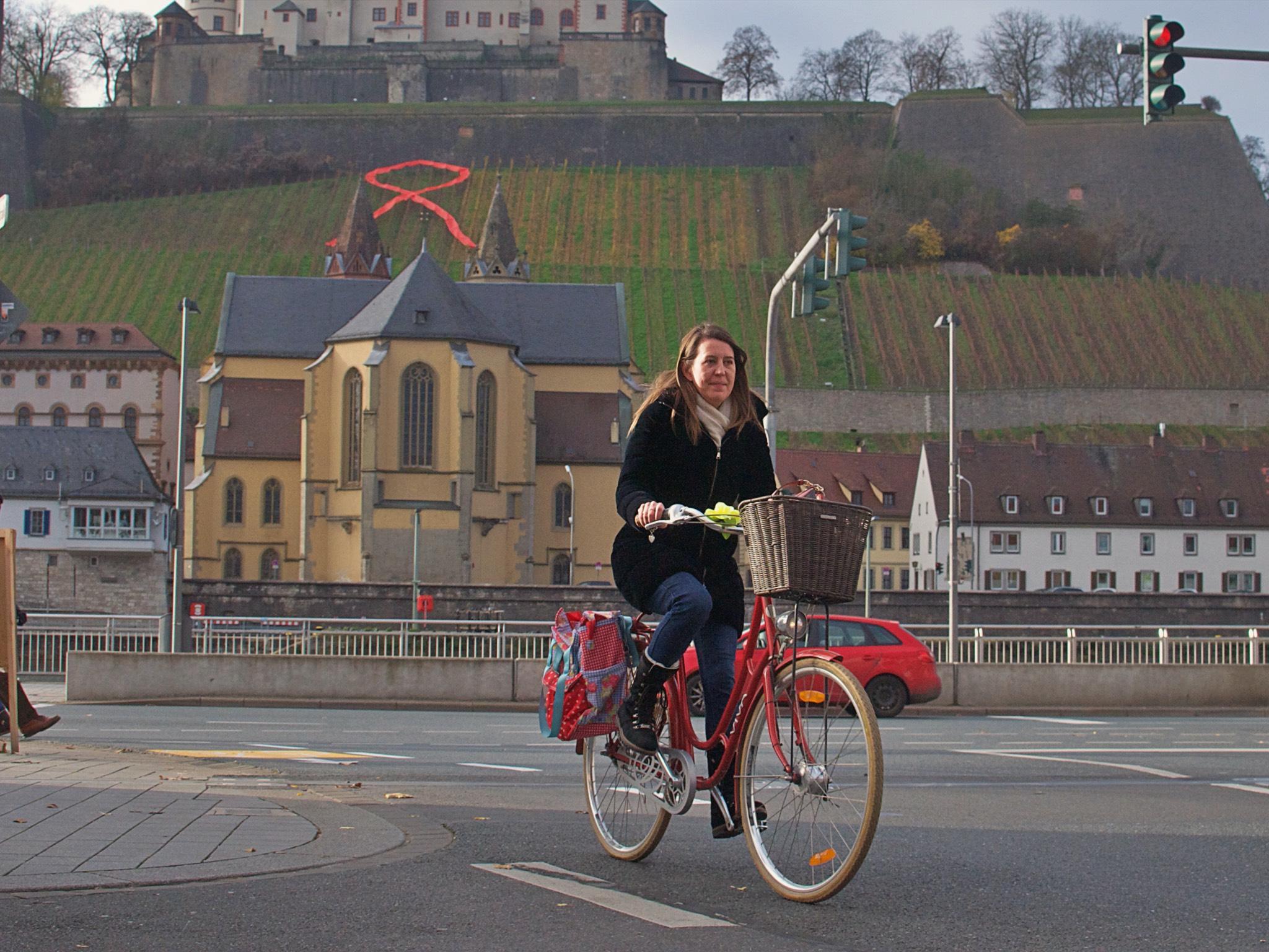 Die CSU Stadtratskandidatin Nadine Lexa bei einer Radtour durch Würzburg. Foto: Patrick Wötzel