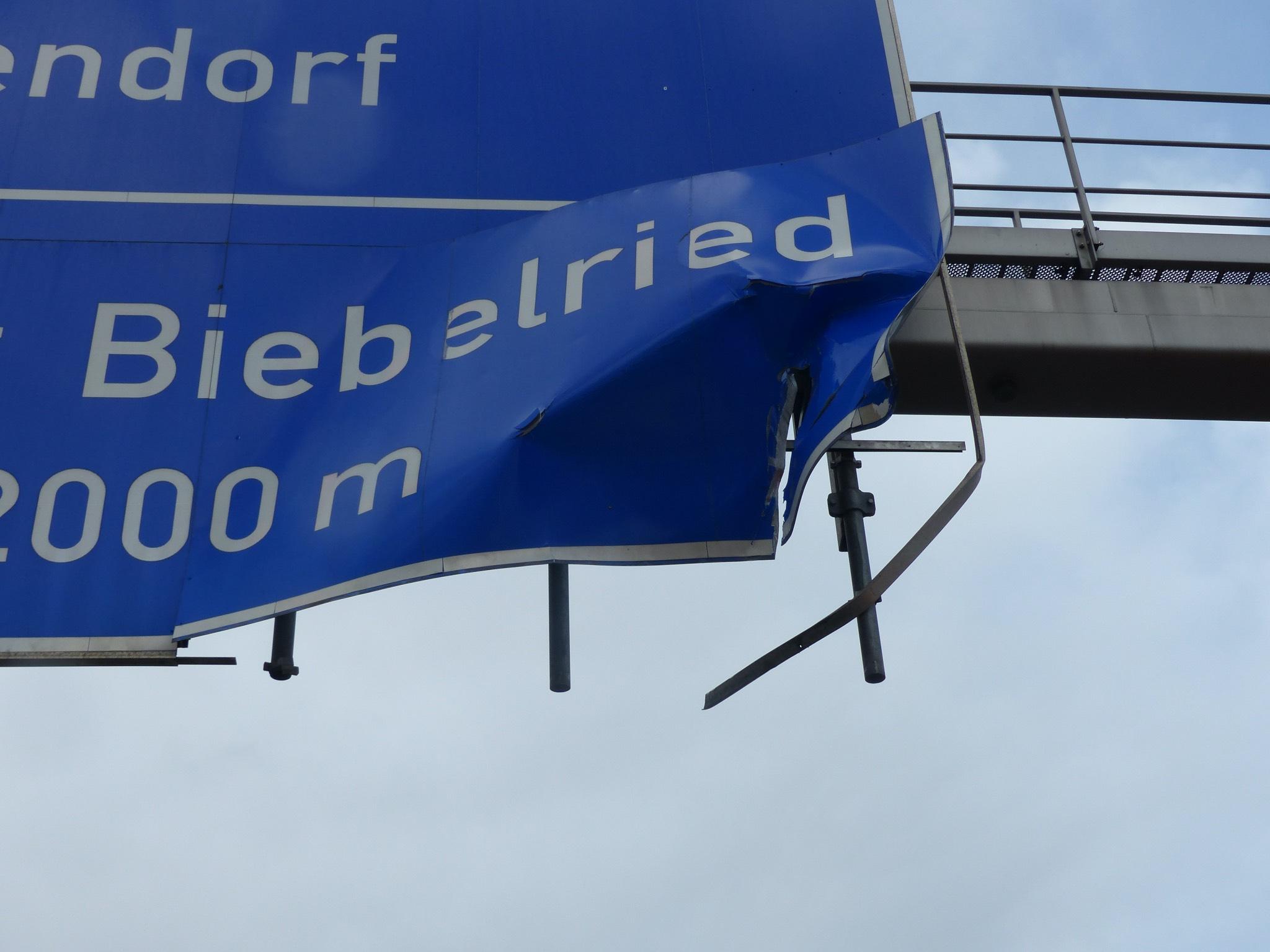 Beschädigtes Autobahnschild auf der A3. Foto: Polizei