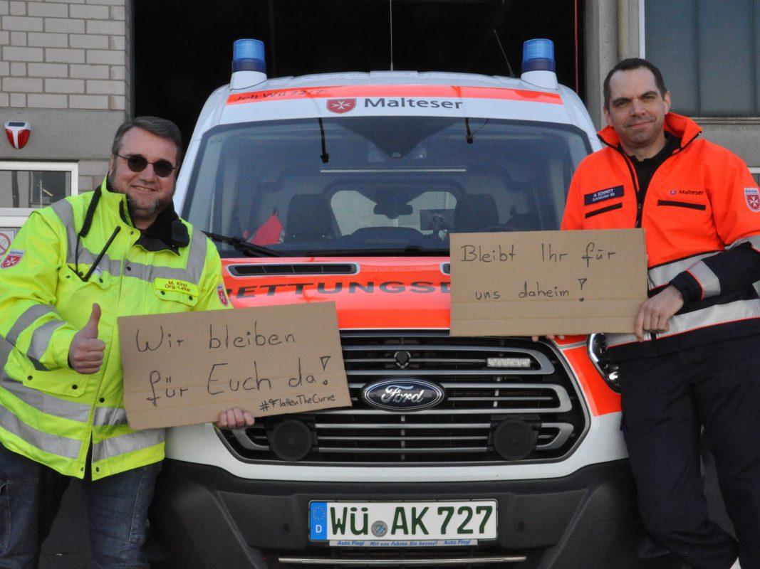 Manfred Kirst (links) und Manuel Schmitt (rechts) vom Malteser Rettungsdienst Würzburg bitten dringend darum, die sozialen Kontakte einzudämmen, damit der Rettungsdienst und Krankentransport weiter helfen können. Foto: Christina Gold, Malteser