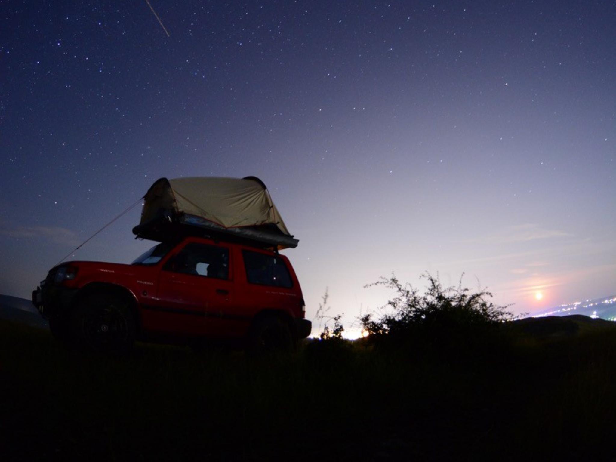 Vollgepacktes Auto unter einem schönen Sternenhimmel. Foto: Björn und Daniella