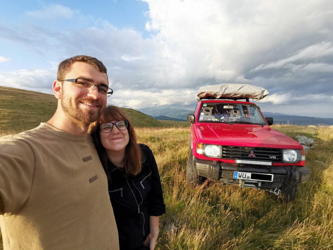 Björn und Daniella vor ihrem Geländewagen - bereit für die kommenden Herausforderungen. Foto: Björn und Daniella