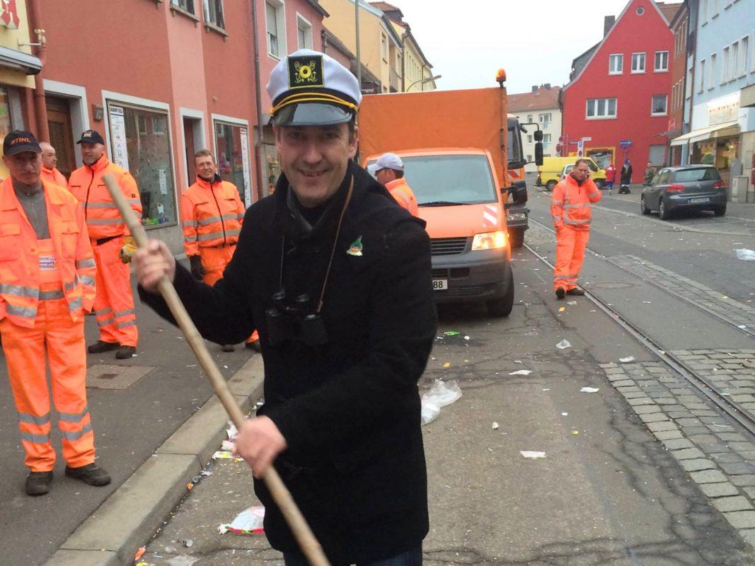 Oberbürgermeister Christian Schuchardt bei Straßenkehrungen nach dem Faschingsumzug. Foto: Christian Schuchardt