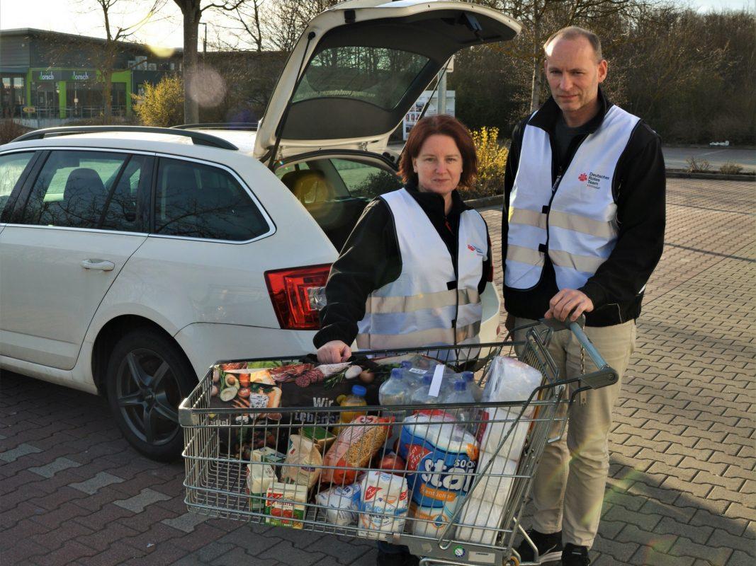 Die Beauftragten der Gemeinschaft Wohlfahrts- und Sozialarbeit, Simone Bernhard-Schwarz und Michael Schwarz, stehen für den Einkaufsservice bereit. Foto: Doku-Team BRK Würzburg