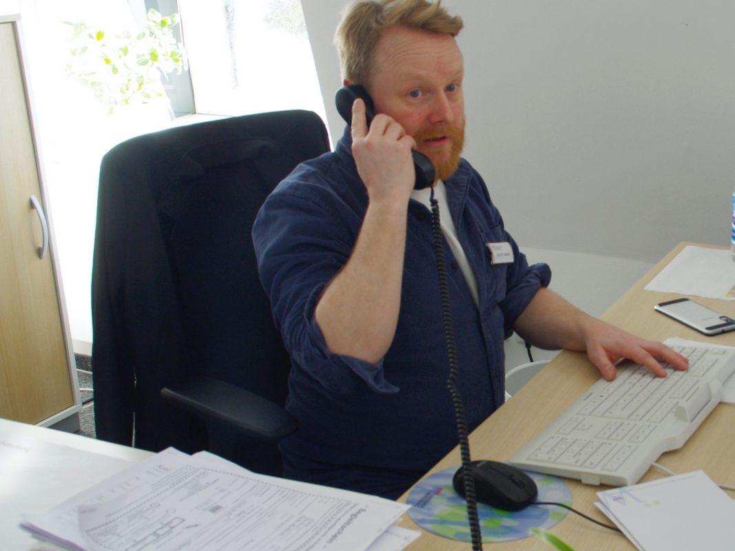 Joachim Lazarek ist einer von rund 20 Mitarbeitern im Gesundheitsamt und ermittelt mindestens 12 Stunden am Tag die Kontaktpersonen von bestätigten Covid-19-Patienten. Foto: Marion Linneberg