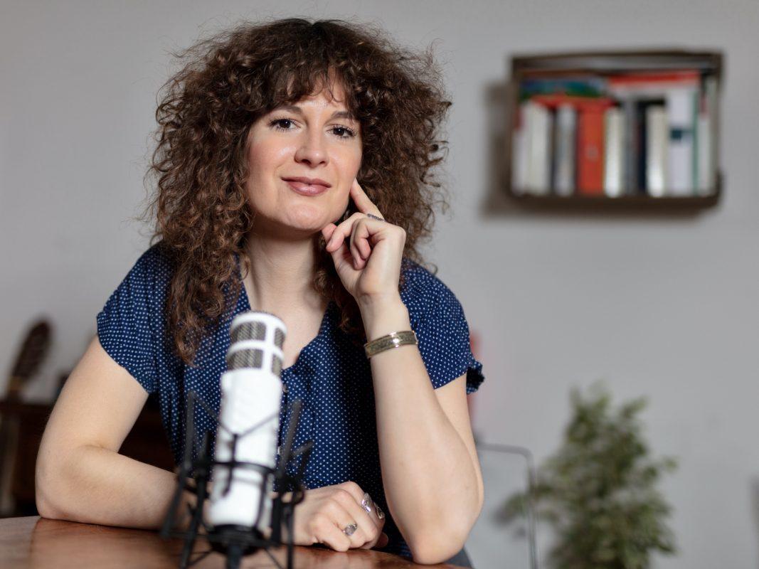 "Johanna Juni moderiert den Main-Post-Podcast ""Frelich Würzburg"". Foto: Christoph Weiß"