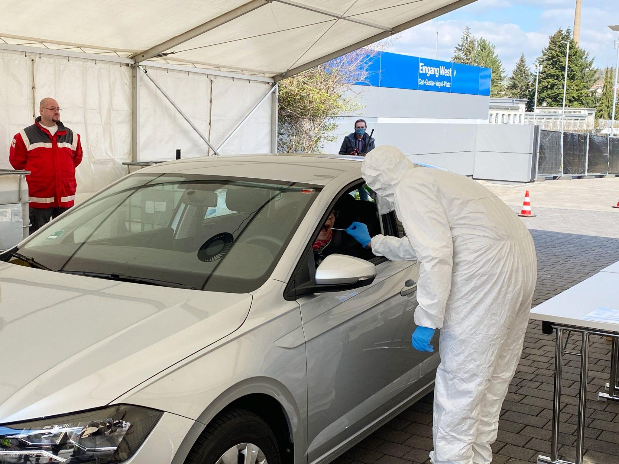 Ein Arzt führt die Testung durch das Autofenster durch. Foto: Jessica Hänse