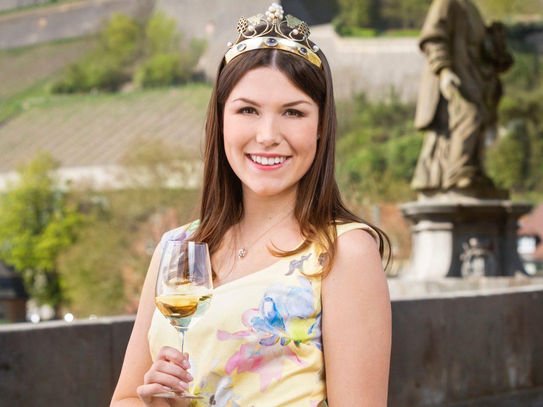 Bleibt bis Frühjahr 2021 im Amt: Die 64. Fränkische Weinkönigin Carolin Meyer. Foto: Stefan Bausewein ©Gebietsweinwerbung Frankenwein-Frankenland