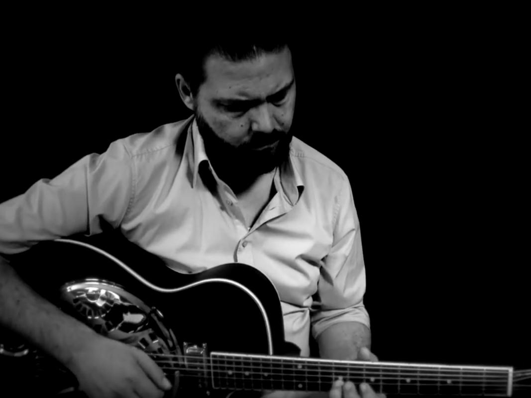 Dennis beim Gitarre spielen. Screenshot: YouTube