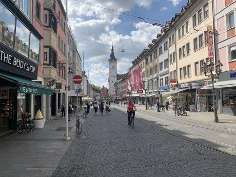 Die Domstraße an Tag 1 der Ladenöffnungen. Foto: Nico Jahnel