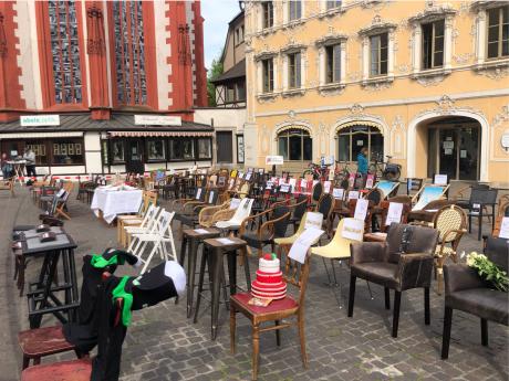 "Stille Demonstration ""Leere Stühle"" Am oberen Markt. Foto: Sarah Willer"