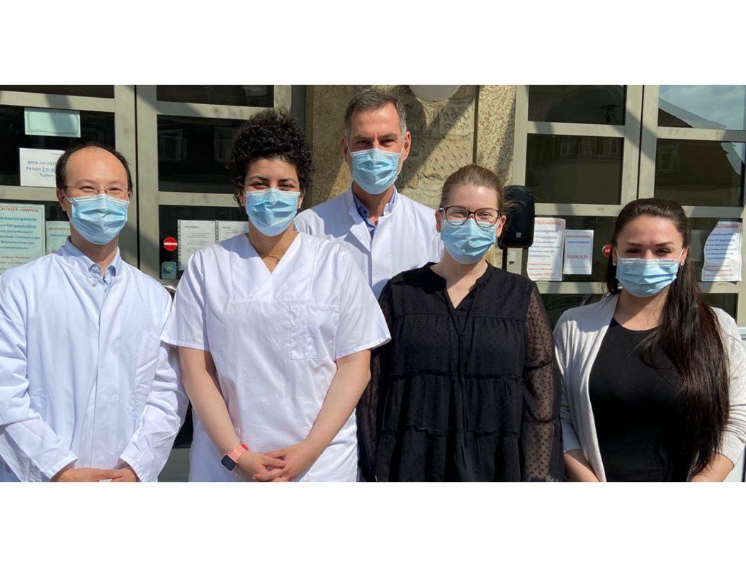 Die COVID-19-Untersuchungsstelle im Gebäude D20 hat zahlreiche Mitarbeiterinnen und Mitarbeiter. Einige von ihnen sind (von links) Dr. Thiên-Trí Lâm (IHM), Medizinstudentin Fatima Salim, Prof. Christoph Schoen (IHM), Sabrina Nick (UKW) und Nina Köth (UKW). Foto: Universität Würzburg