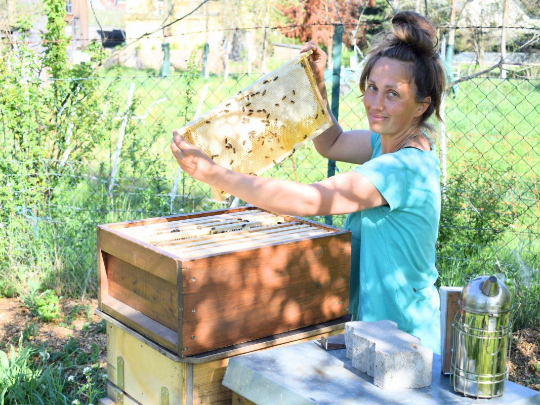 Theresa Vollmuth bei der Arbeit mit den Bienen. Foto: Felix Pfeifer.