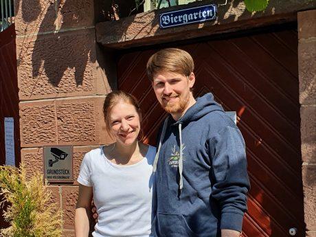 Yvonne Mennig & Andreas Herr vor dem Biergarten der Brauerei. Foto: Andreas Herr.