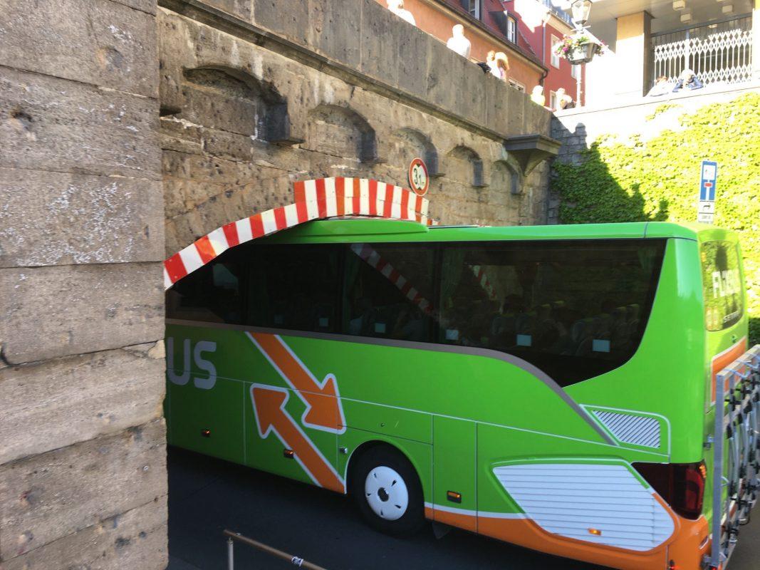Ein Fernbus fuhr sich am Donnerstagabend unter der alten Mainbrücke fest. Foto: Wü