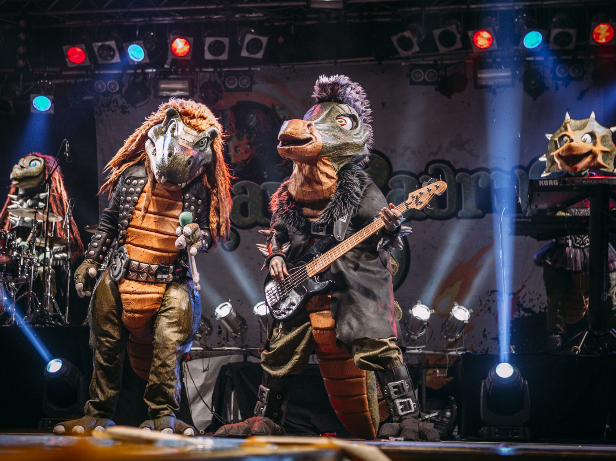 In Dinokostümen Musik machen. Foto: Susanne Müller