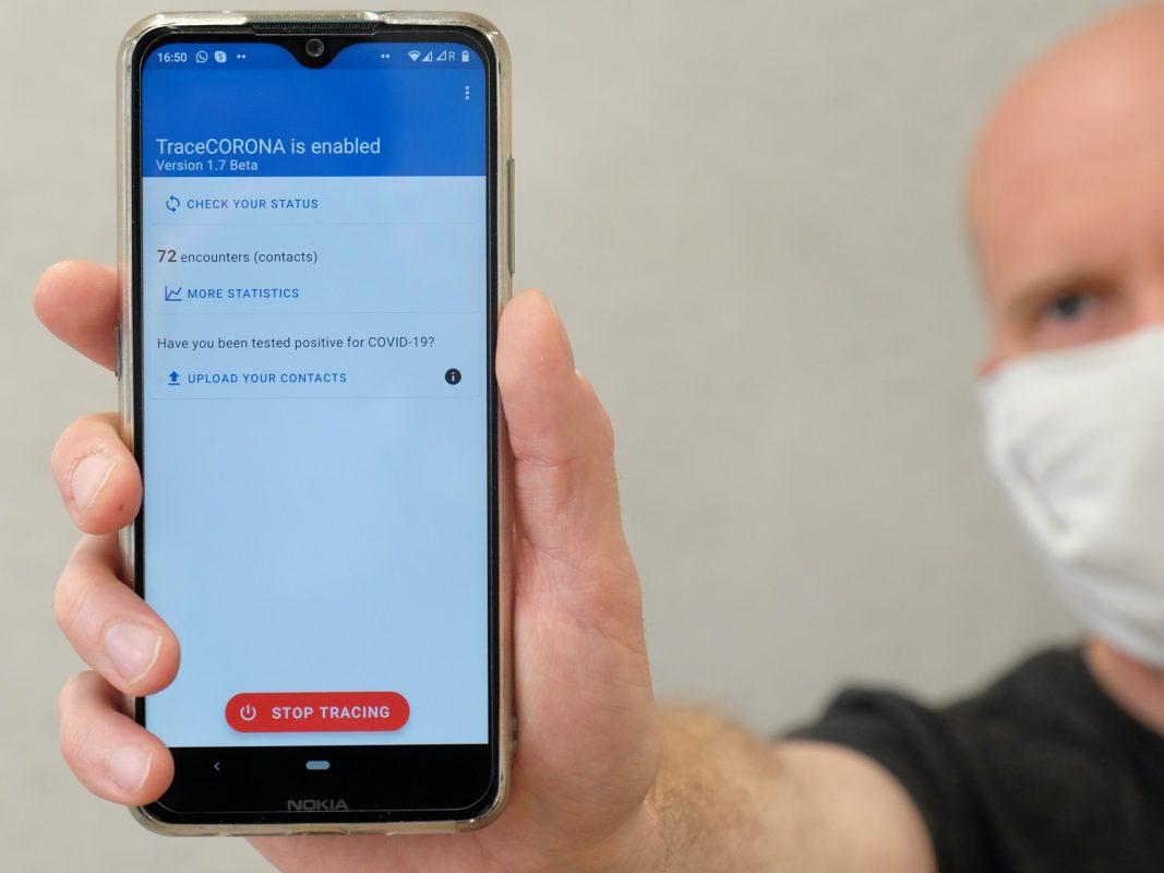 """Die in Deutschland entwickelte App """"TraceCORONA"""" ermöglicht effiziente und umfassende Pandemie-Rückverfolgung ohne Preisgabe persönlicher Daten. Daran beteiligt war auch die Uni Würzburg. Foto: Ann-Kathrin Braun, TU Darmstadt"""
