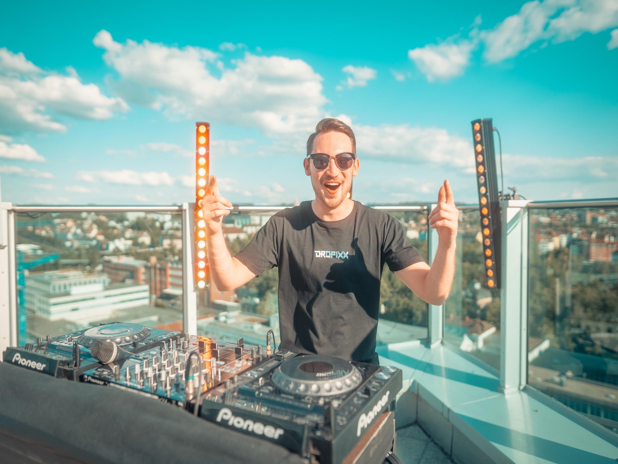 Lukas aka DJ Dropixx bei seinem Livestream auf dem Dach des Ghotels in Würzburg. Foto: Tom Bausemer (Tomba!Media)