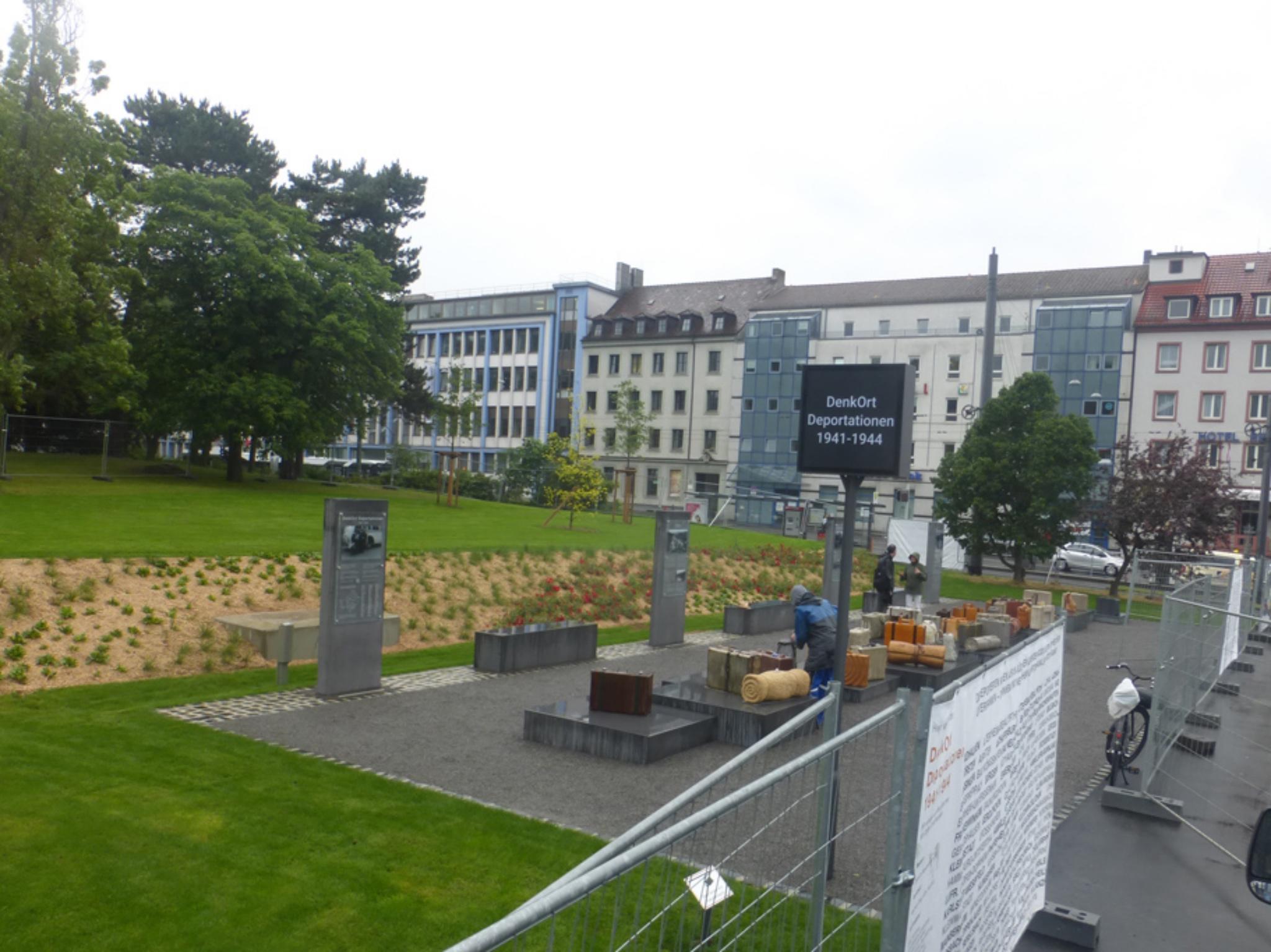 Am Bahnhofsplatz wurde ein Denkmal in Gedenken an die Deportationen im 2. Weltkrieg errichtet. Foto: Michael Stolz