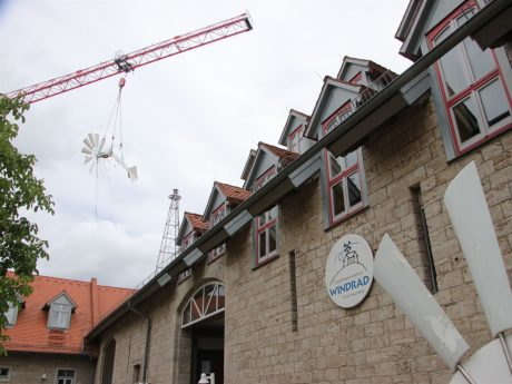 Jugendhaus Windrad mit altem und neuem Windrad. Fotos: Jugendbegegnungshaus Windrad e.V. / Dominik Großmann
