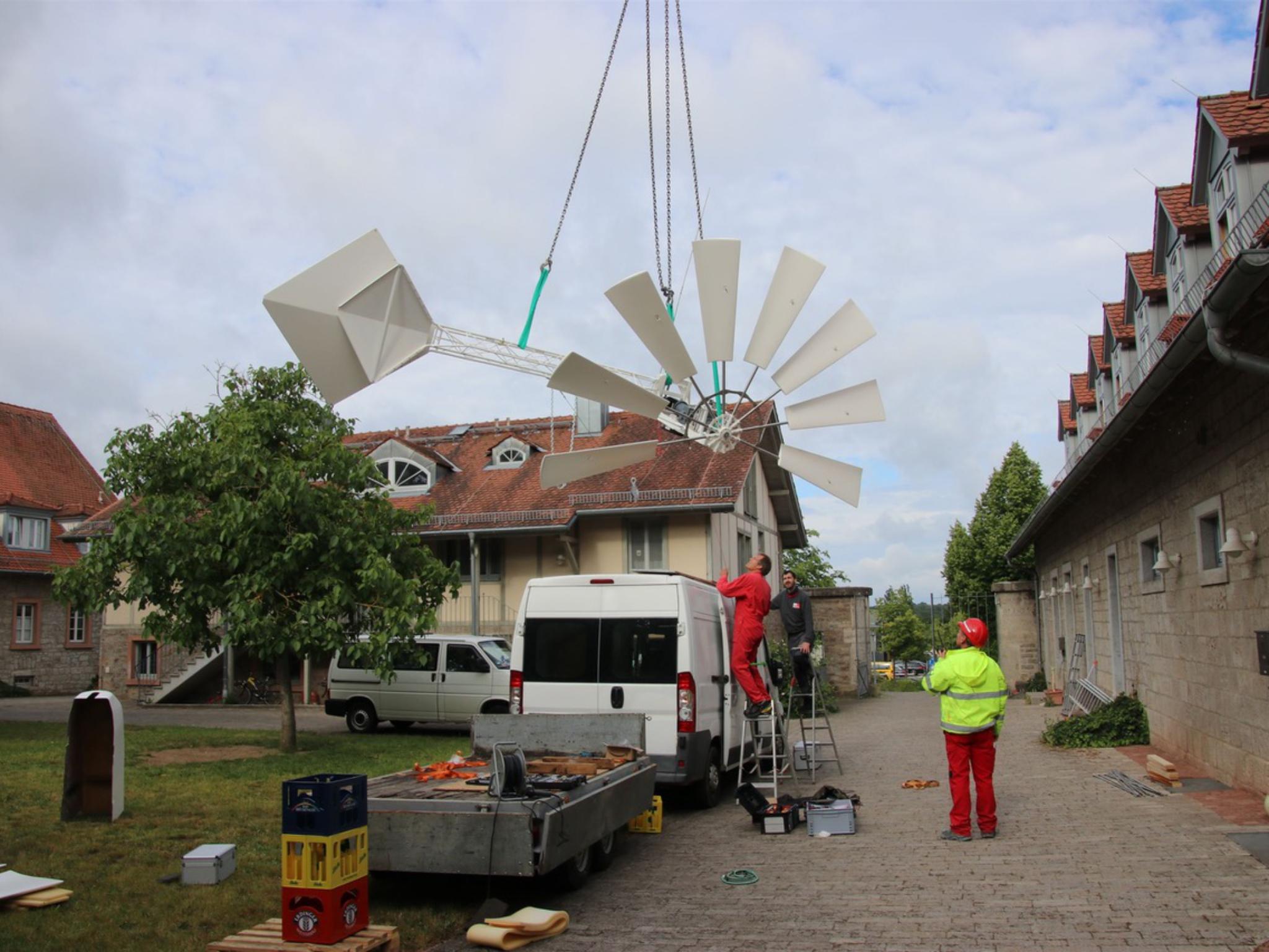 Unterstützung der Fa. Riedel Bau beim Aufbau. Foto: Jugendbegegnungshaus Windrad e.V. / Dominik Großmann