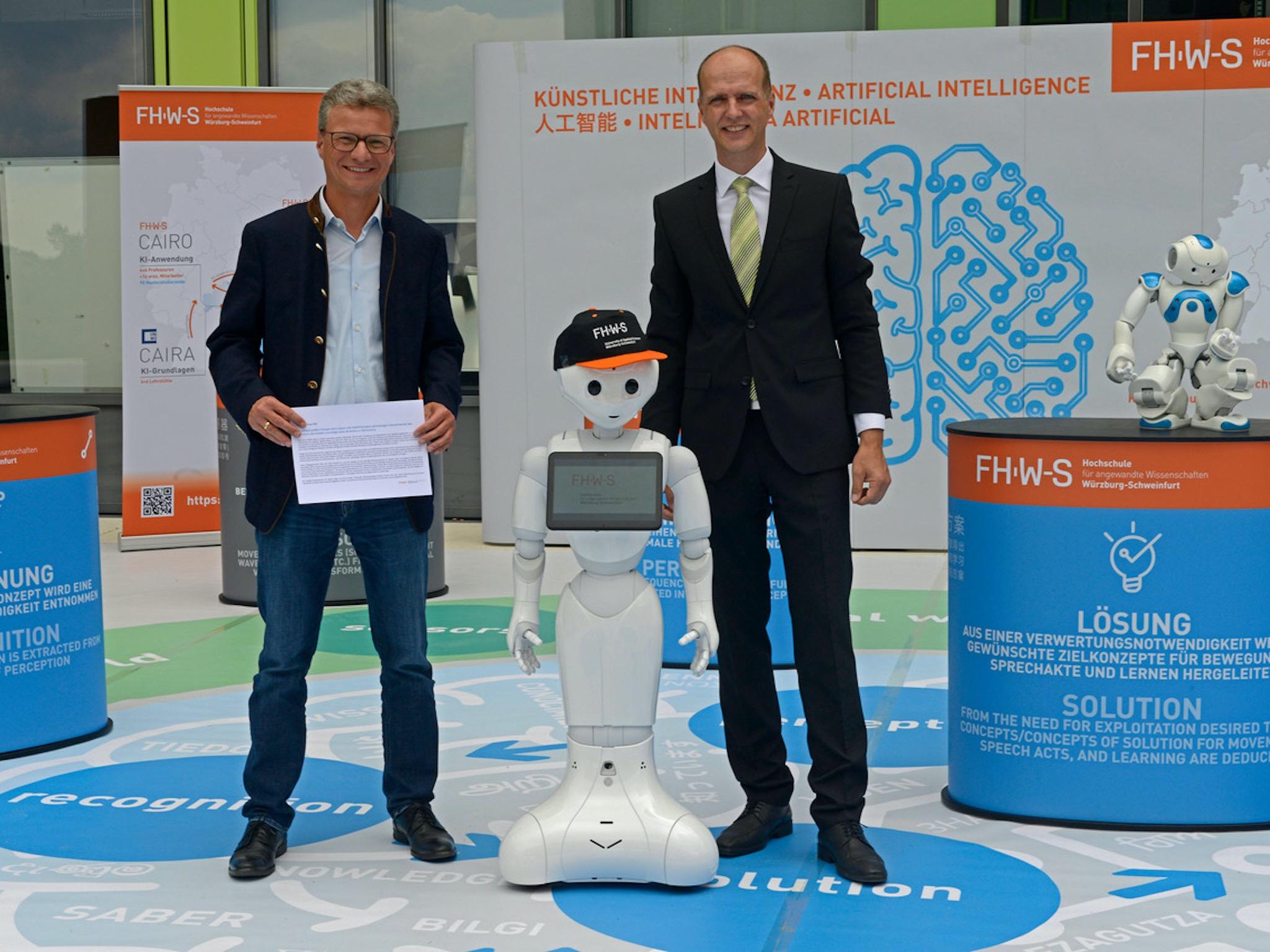 Prof. Dr. Robert Grebner, Präsident der FHWS, führt Staatsminister Bernd Sibler durch das begehbare Gehirn der FHWS. Bild: FHWS Würzburg-Schweinfurt.