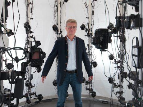 Wissenschaftsminister Bernd Sibler im VR-Labor: Ein 3D-Scan wird durchgeführt, um eine VR-Avatar des Ministers zu erstellen. Bild: Universität Würzburg.