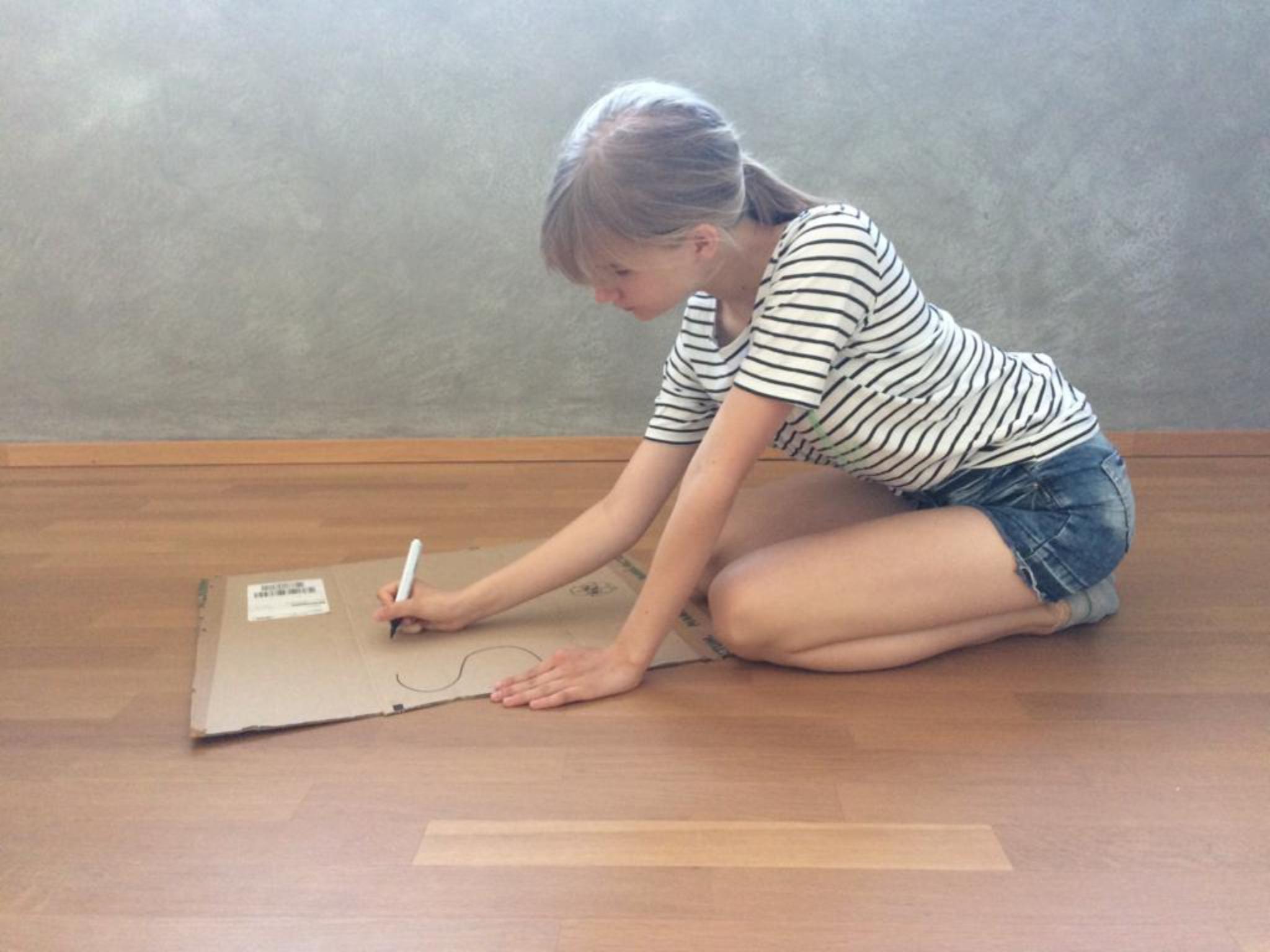 Vorstandsmitglied Lina Schachtel, beim gestalten eines Plakats für eine Aktion. Foto: Schülerladen Würzburg