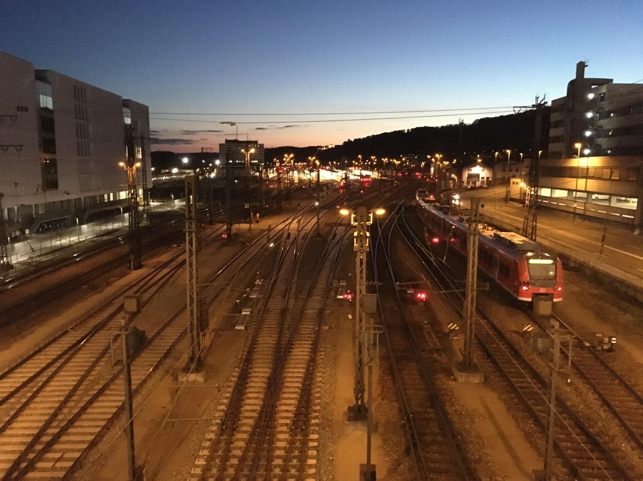 Blick nach Westen von der Grombühlbrücke aus auf die Bahngleise des Würzburger Hauptbahnhofs. Foto: Jacob Grimm