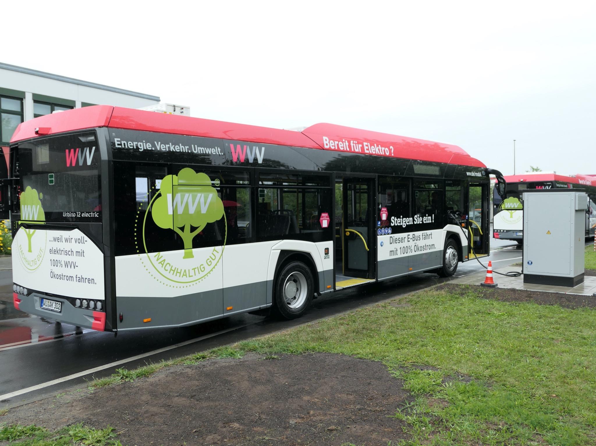 Einer der ersten E-Busse in Würzburg samt Ladestation. Foto: WVV