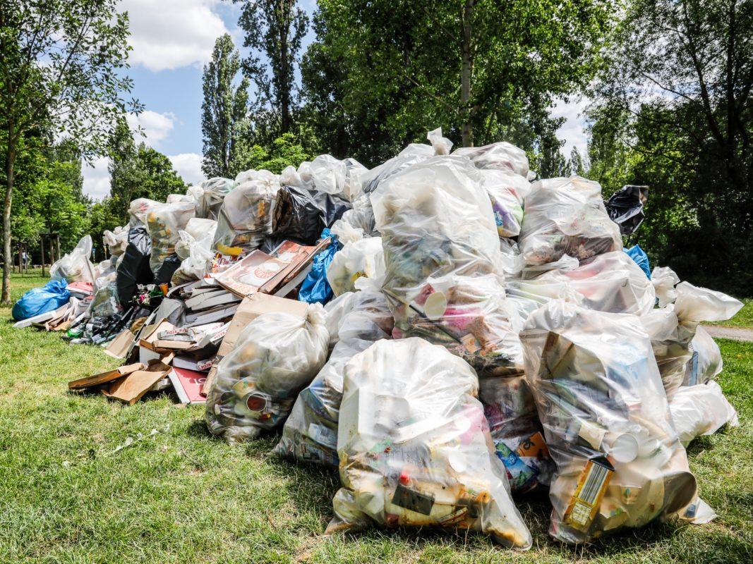 Der Müll eines Wochenendes: 25 Kubikmeter sammelten die Mitarbeiter des Gartenamtes am vergangenen Wochenende entlang des Mains ein. Foto: Christian Weiß