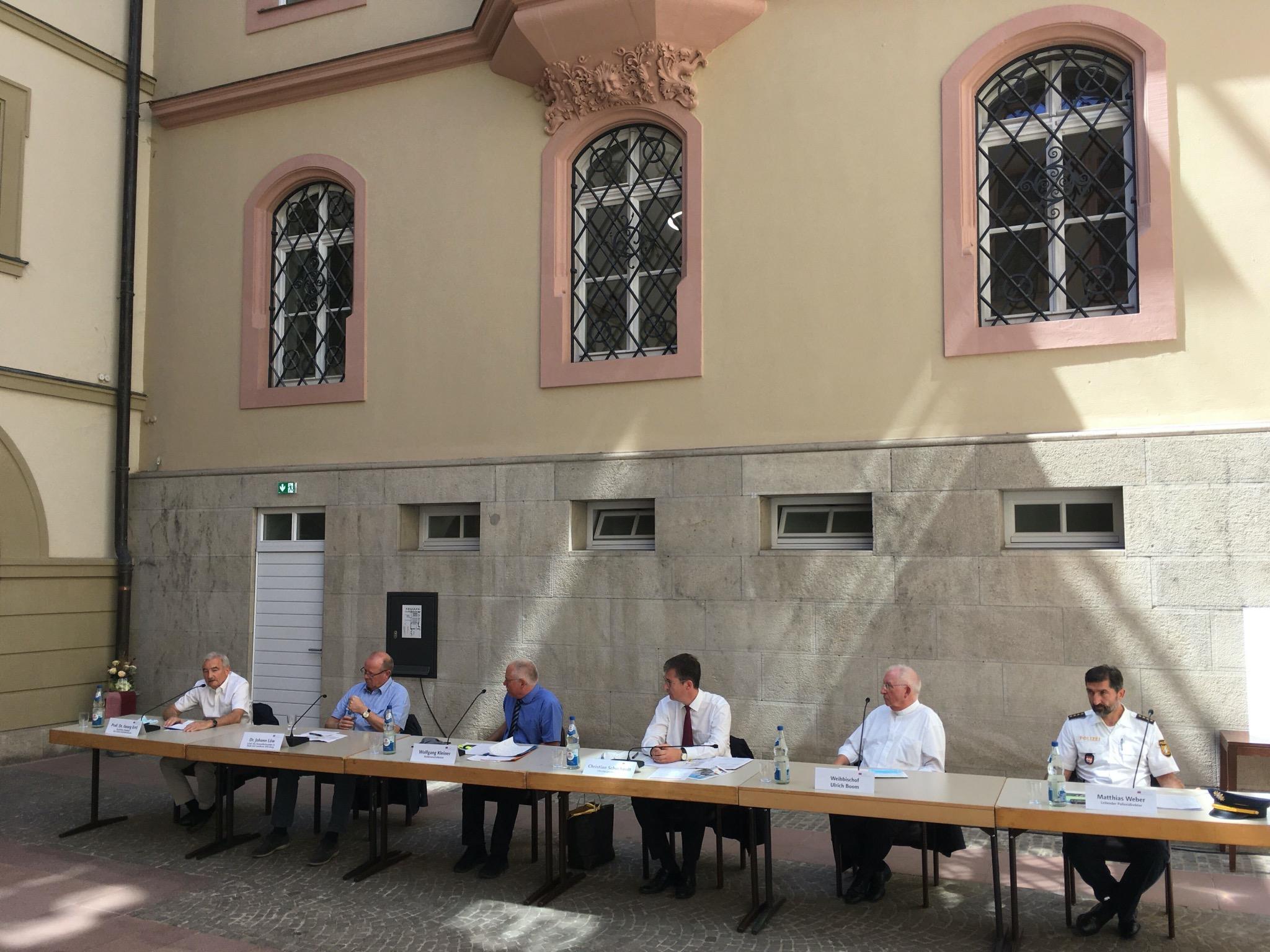 Vertreter von Stadt, Polizei, Gesundheitsamt, Uniklinik und Kirche bei einer Pressekonferenz. Foto: Jacob Grimm