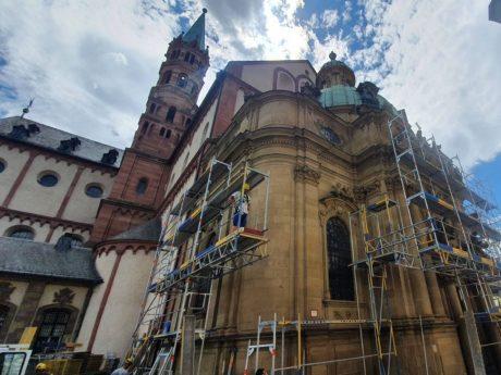 An der Schönbornkapelle des Würzburger Kiliansdoms wird zum Schutz der Passanten vor herabfallenden Fassadenteilen derzeit ein Gerüst errichtet. Foto: Markus Hauck