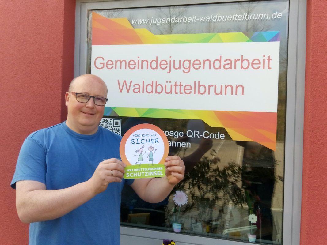Michael Langenhorst mit dem Logo der Schutzinsel-Aktion. Foto: Michael Langenhorst