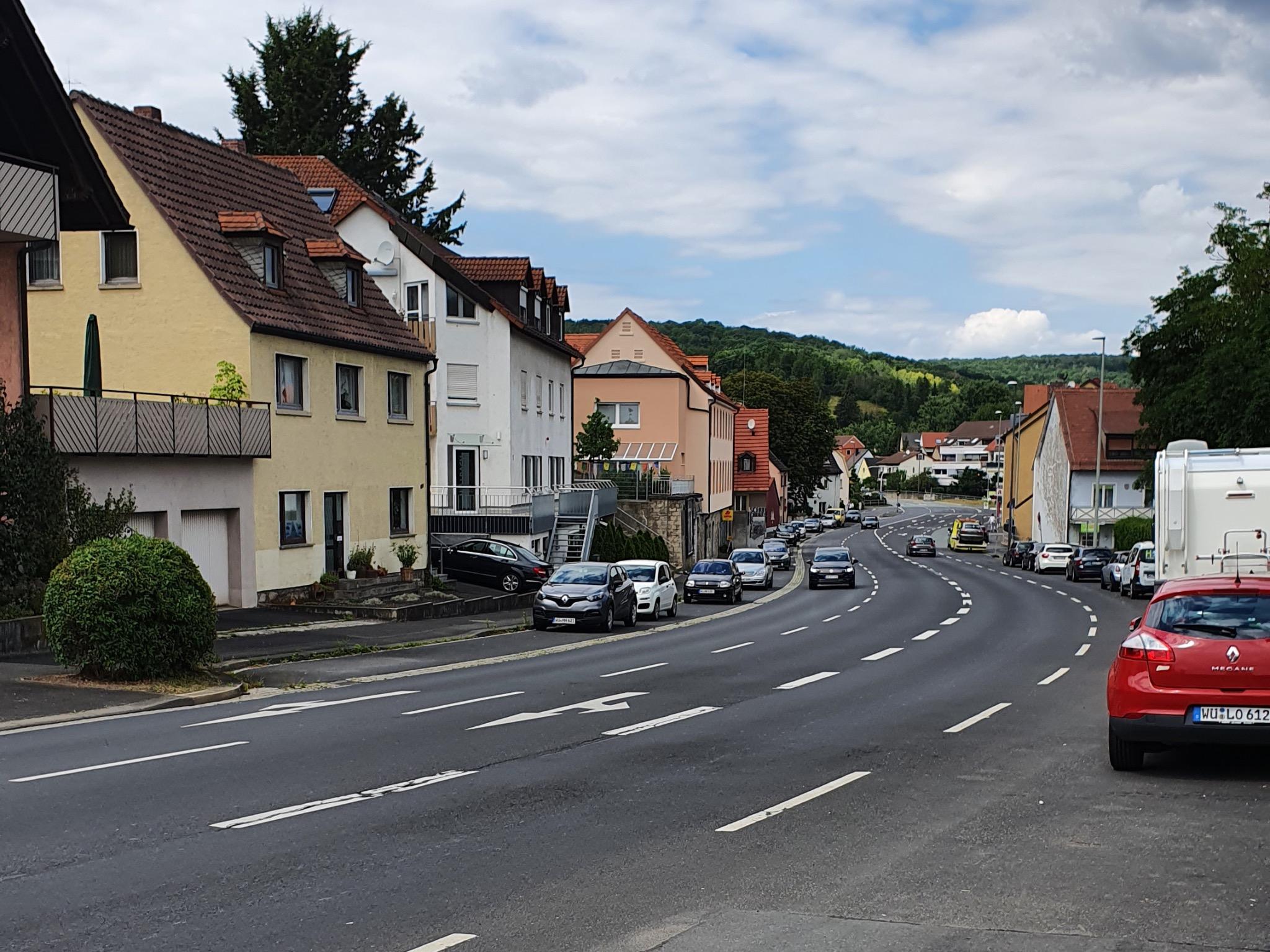 Die Versbacher Straße ist die Hauptverkehrsstraße des gleichnamigen Stadtteils. Foto: Jacob Grimm