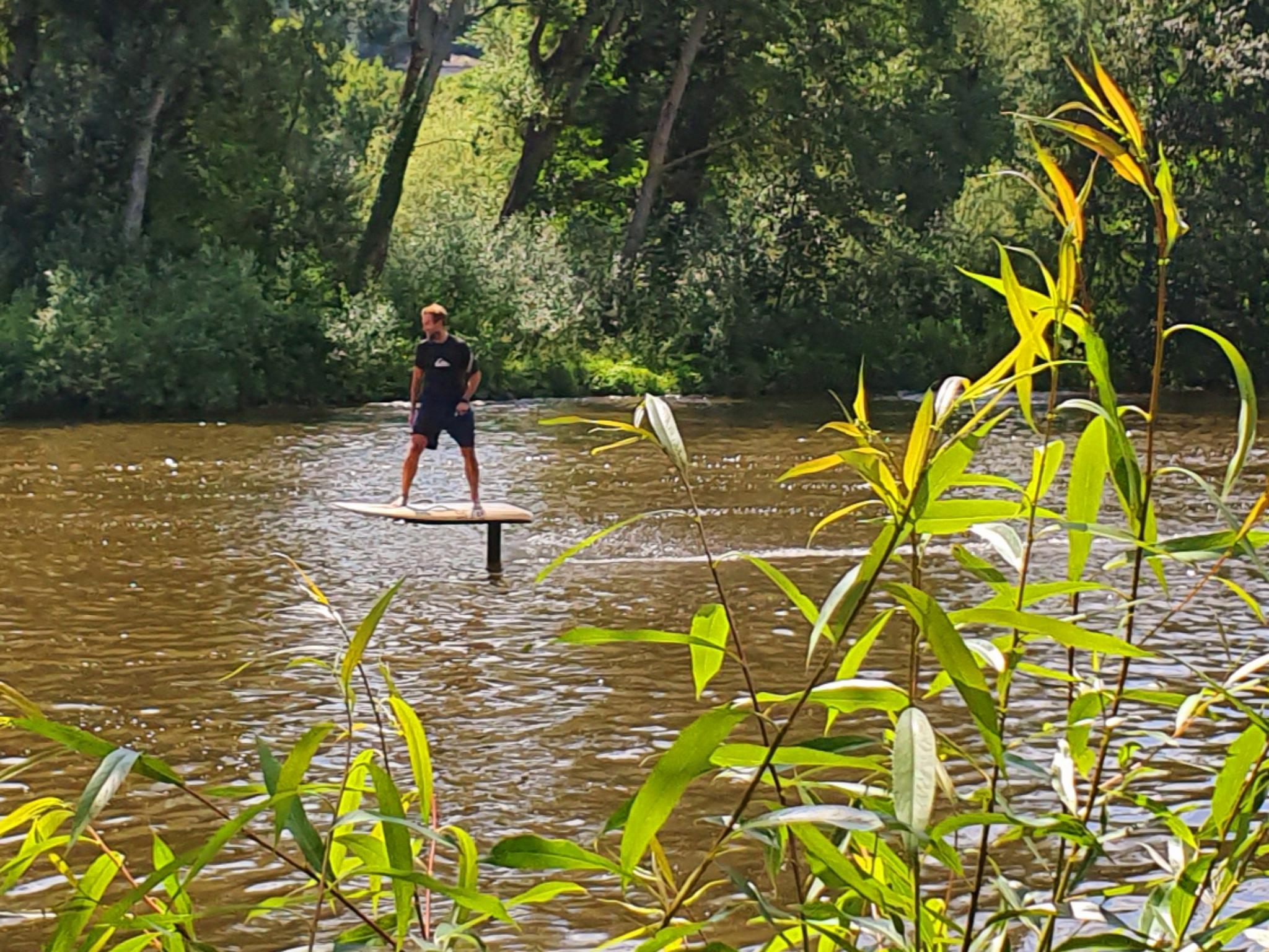 Mit einem Fliteboard über das Wasser gleiten. Foto: eFoil Riders.