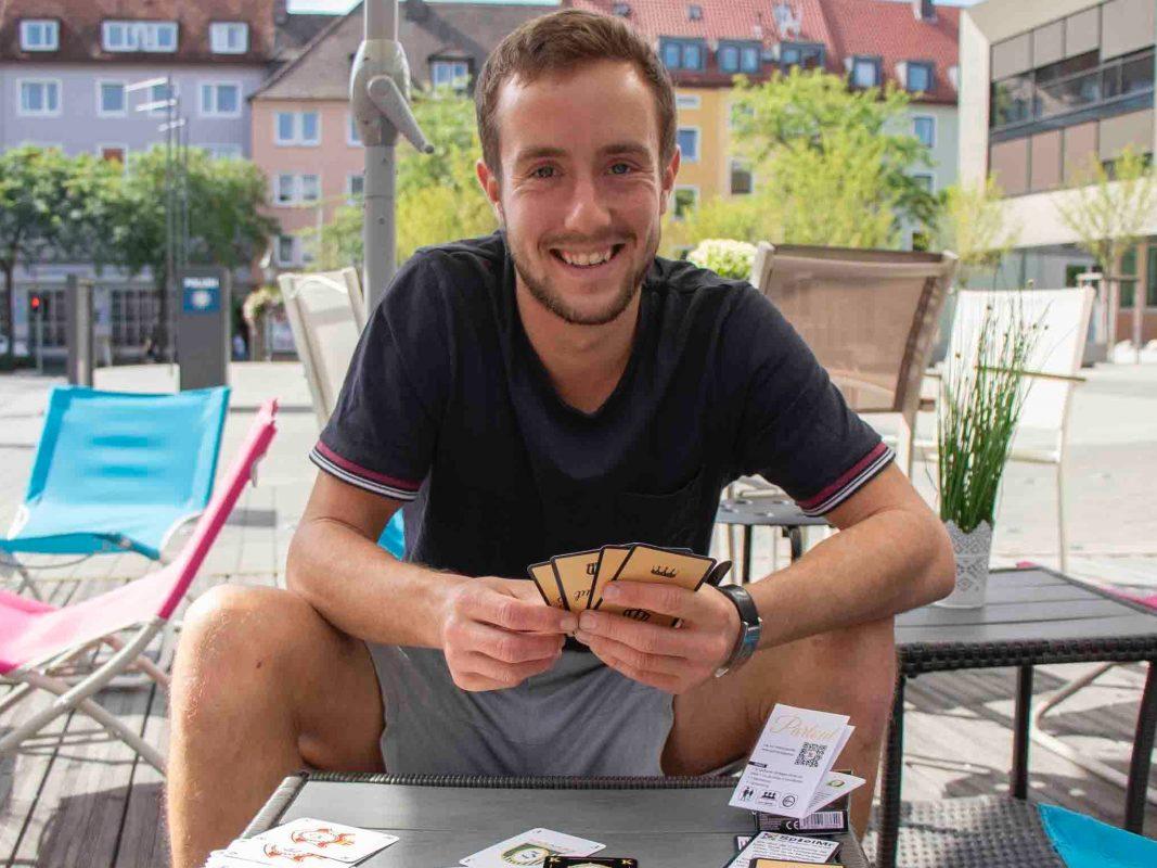"""Adrian Dußler mit seinem Kartenspiel """"Partout"""". Foto: Alexander Rausch."""