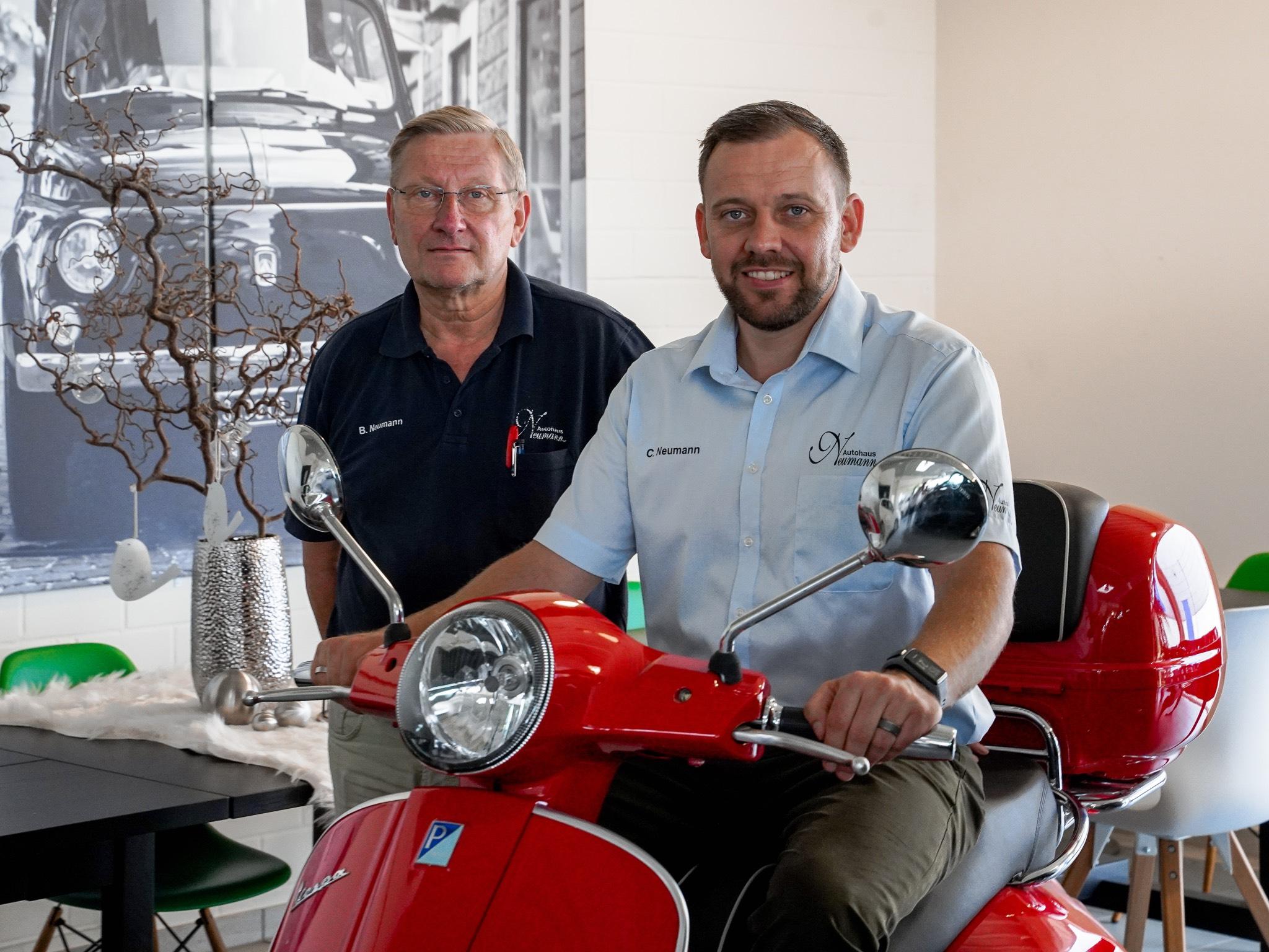 Den Geschäftsführern Berthold und Christian Neumann ist es wichtig, dass die Arbeit im Autohaus Spaß macht. Foto: Konstantin Winter