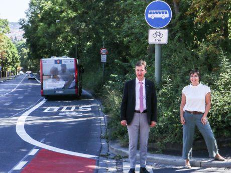 schnelleres Vorankommen bei Rückstau. Der neumarkierte Fahrradstreifen mündet in die Busspur, die der Radverkehr mit benutzen soll. Bild: Georg Wagenbrenner