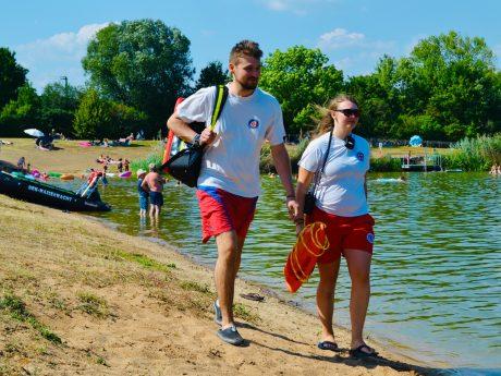 Auf Streife: Sonja und Alexander Krieger bei einem Rundgang durch das Gelände. Foto: BRK-Wasserwacht