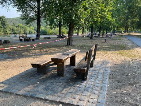 Abgesperrter Grillplatz an den Mainwiesen in der Zellerau. Foto: Jessica Hänse