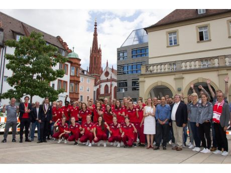 Roter Jubel vor dem Rathaus: Das Gruppenfoto zum Aufstieg der Kickers wird derzeit heftig diskutiert. Foto: Georg Wagenbrenner/ Stadt Würzburg