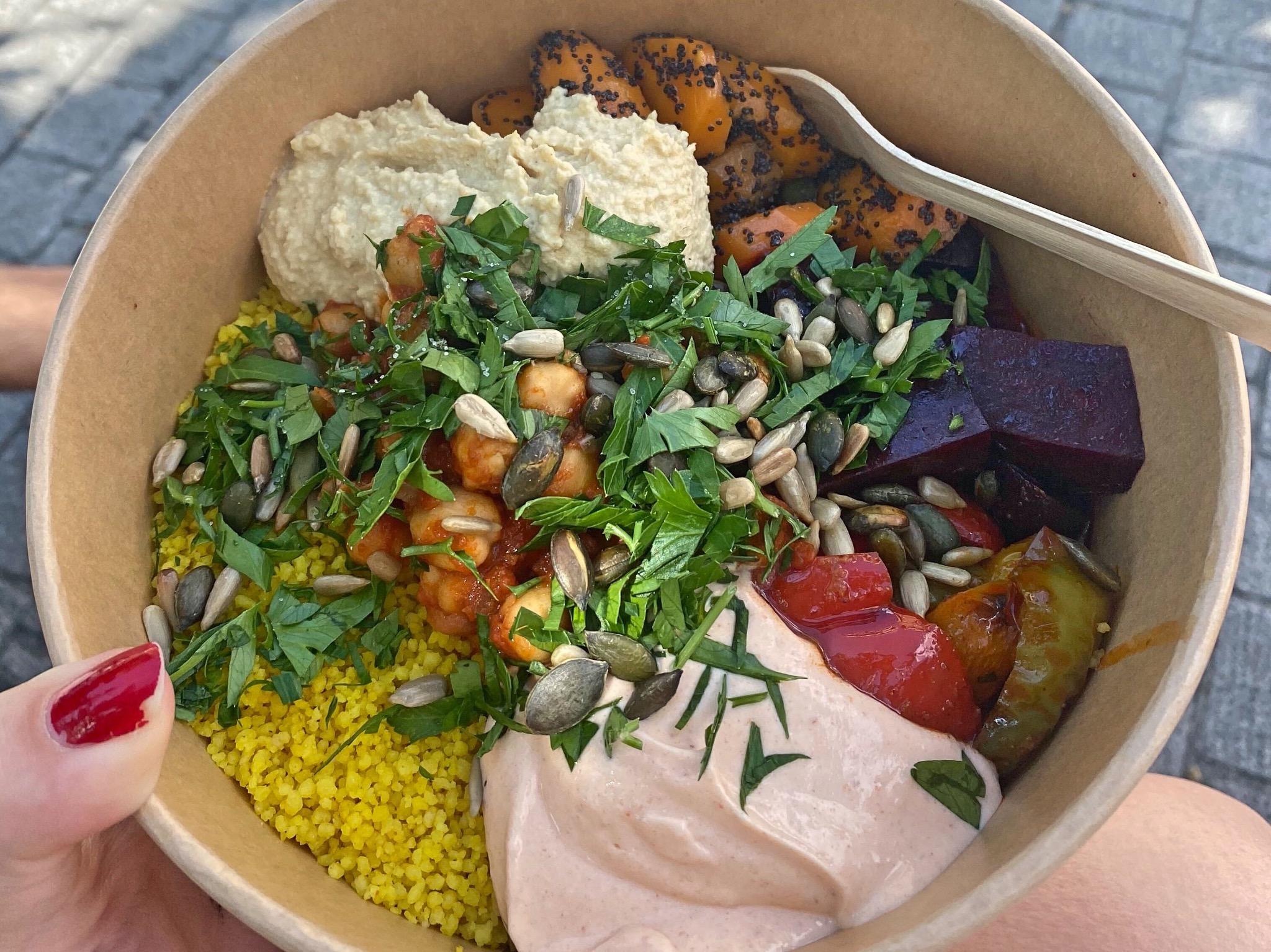 Leckere Bowls gibt es bei Happy Street Kitchen. Foto: Jessica Hänse