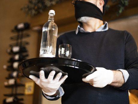 Kellner mit Mund-Nasen-Schutz: Die Gewerkschaft NGG will wissen, wie es Beschäftigten im Gastgewerbe unter Corona-Bedingungen geht – und hat dazu jetzt eine Branchenumfrage gestartet. Foto: NGG