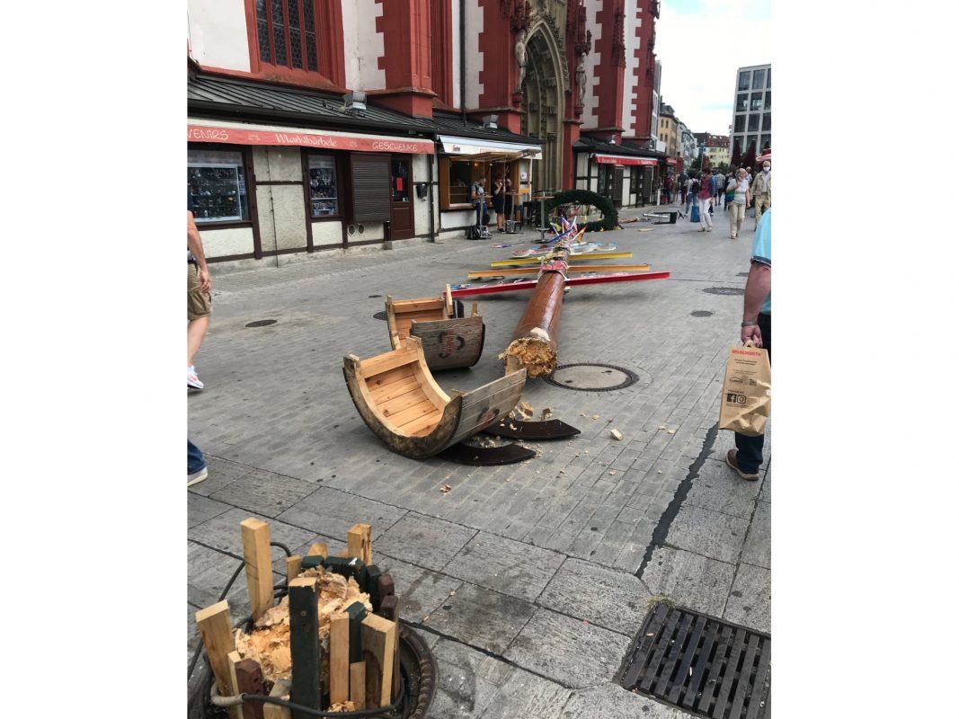 Der Maibaum auf dem Würzburger Marktplatz wurde Opfer der Sturmböen. Foto: Nick Nevi