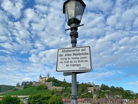 Hoher 7-Tage-Inzidenz-Wert in Würzburg: Als Maßnahme gibt es nun teilweise ein Alkoholverbot auf der Alten Mainbrücke. Foto: Jessica Hänse