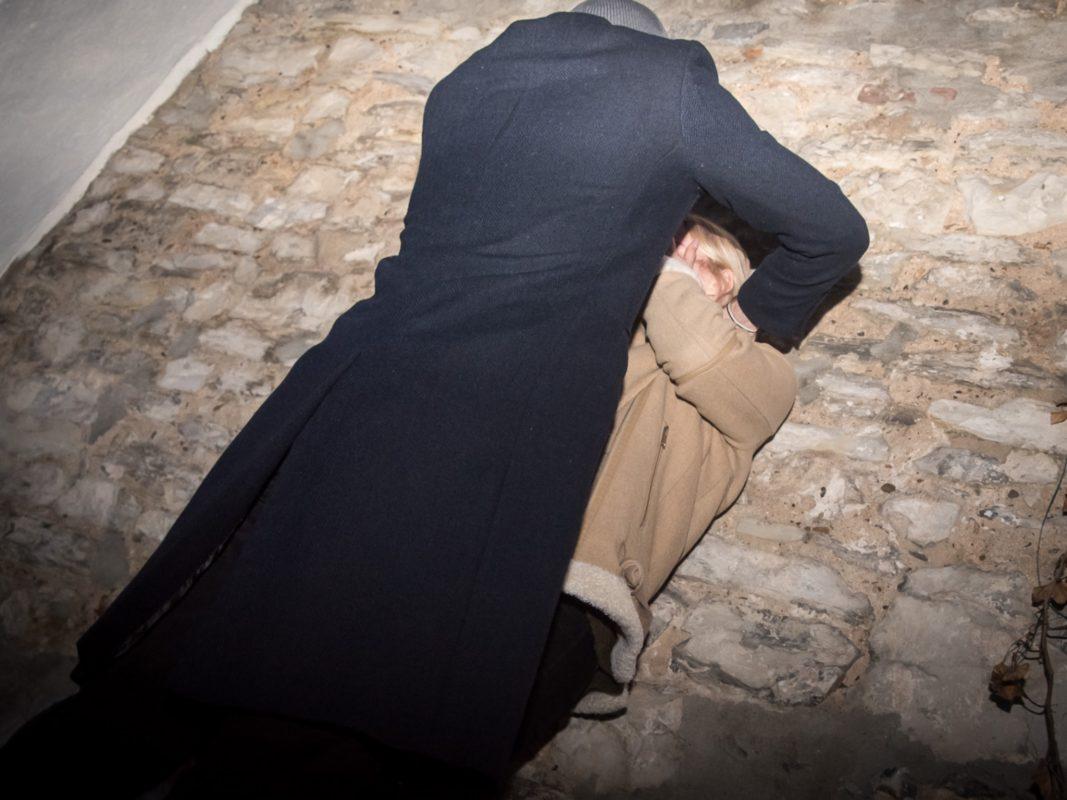 Eine Frau wehrt sich gegen sexuelle Belästigung. Symbolbild: Pascal Höfig