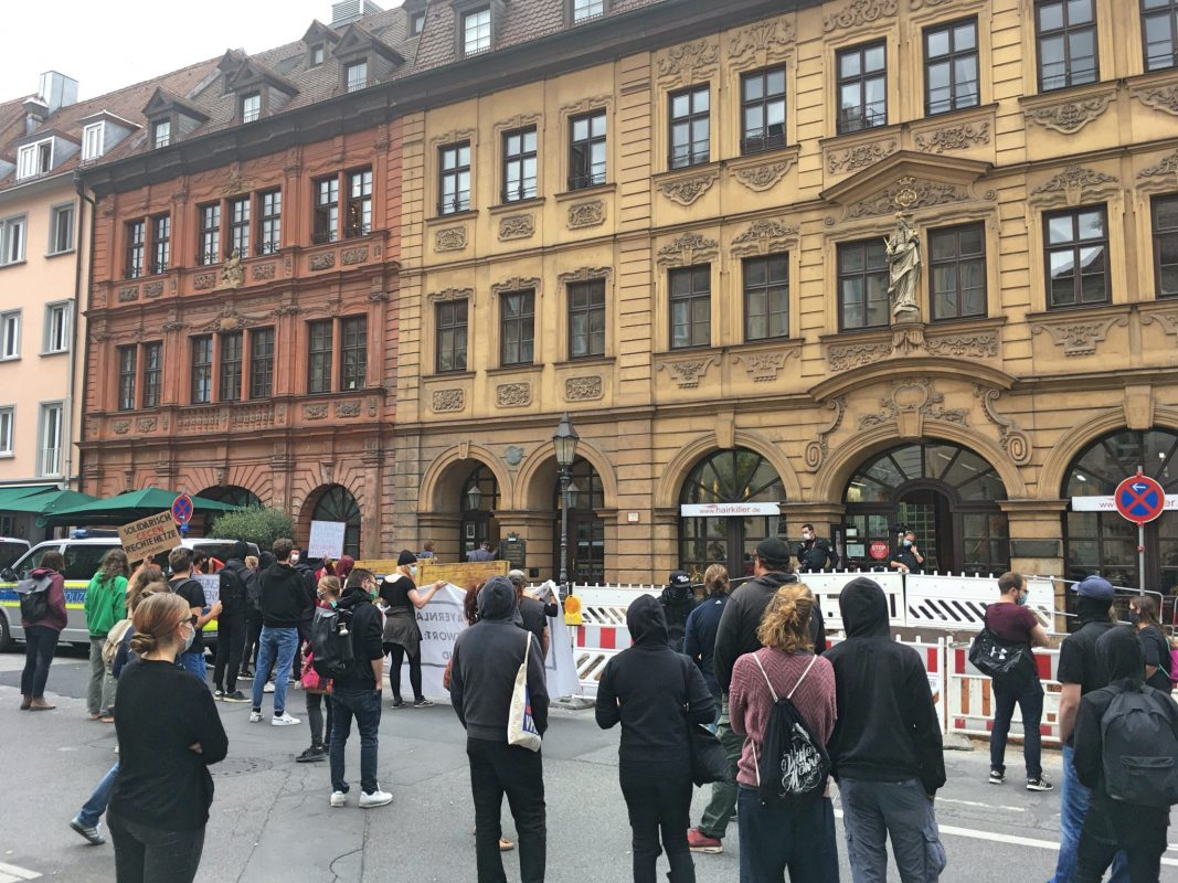 80 Demonstranten trafen sich in der Neubaustraße zu einer Kundgebung. Foto: Jacob Grimm
