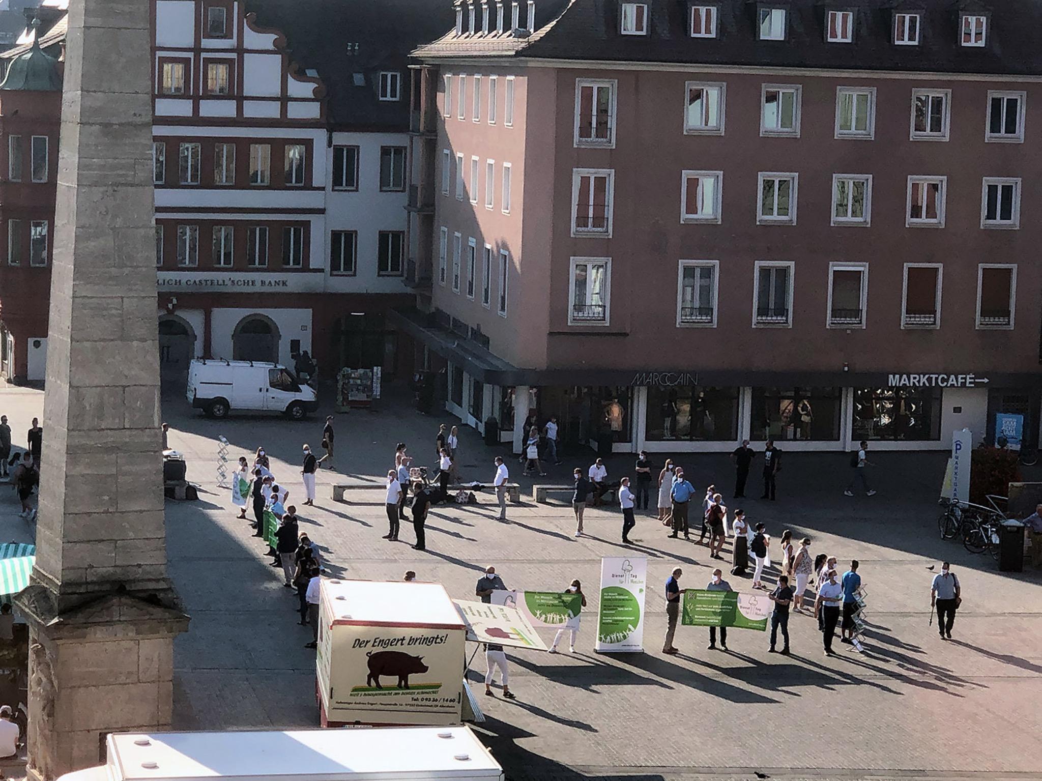 Bereits am vergangenen Dienstag gingen am Unteren Markt Führungskräfte aus verschiedenen Bereichen des Pflegeberufes für ihre Angestellten auf die Straße. Foto: Dienst-Tag für Menschen