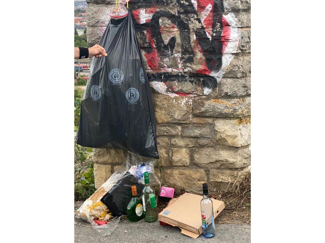 Die Aktion zur Befreiung der Grombühler Weinberge von liegengebliebenem Müll brachte große Mengen Abfall wie diesen prall gefüllten Müllbeutel zum Vorschein. Foto: Nadine Lexa