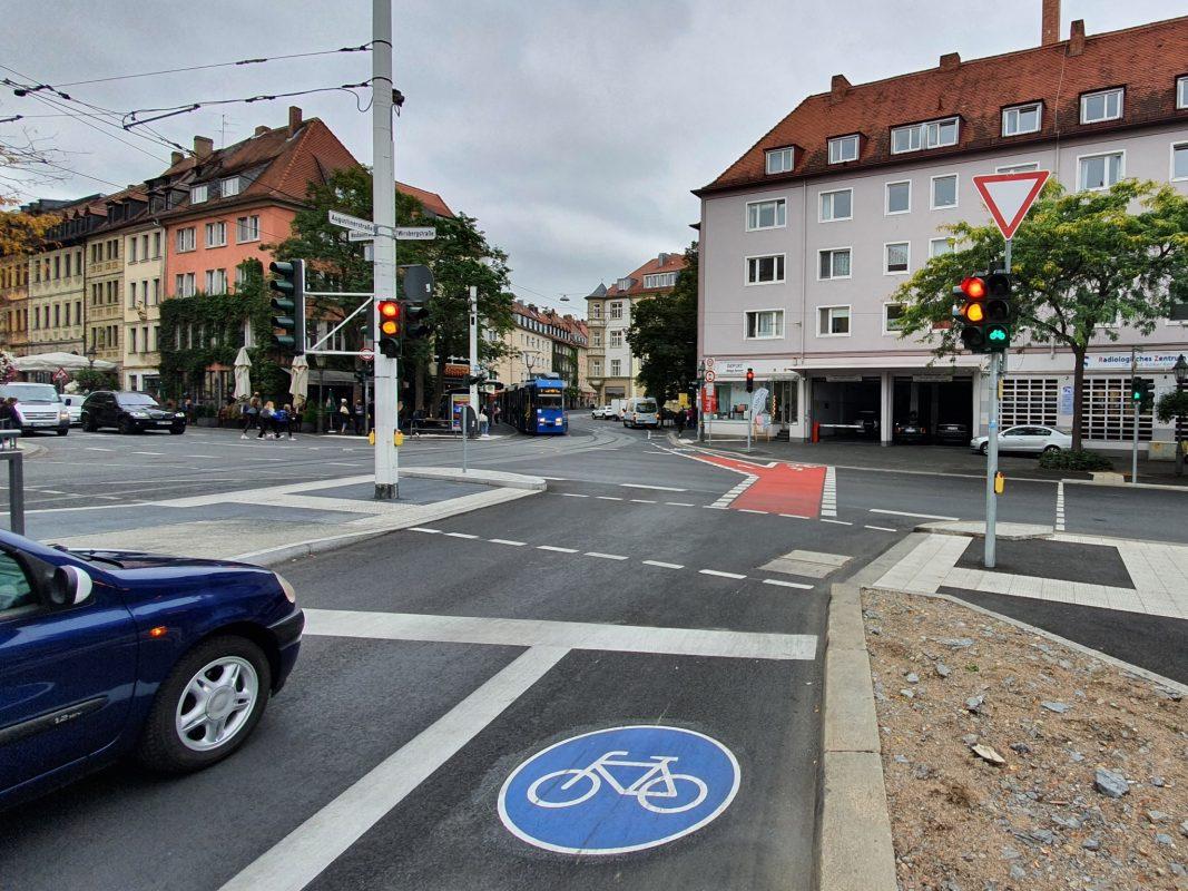 Die neue Radverkehrsführung an der Kreuzung in der Augustinerstraße macht Radfahrende unabhängiger von der Ampelschaltung für den Autoverkehr. Foto: Jacob Grimm